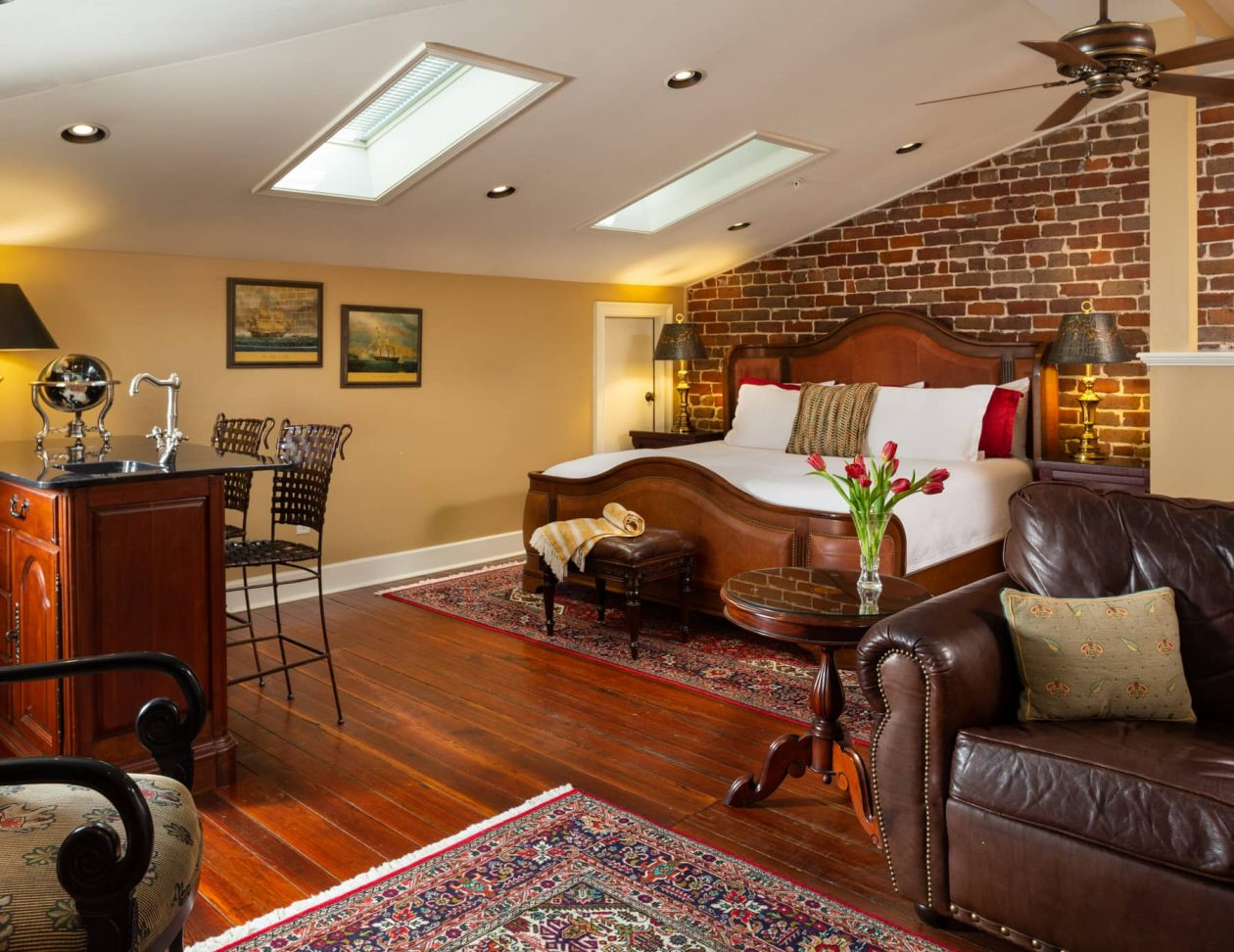 king bed in the Oglethorpe room with a seating area and a wetbar